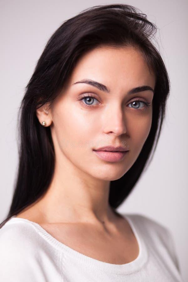 Belle verticale de femme de brunette photographie stock libre de droits