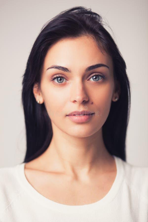 Belle verticale de femme de brunette photo libre de droits