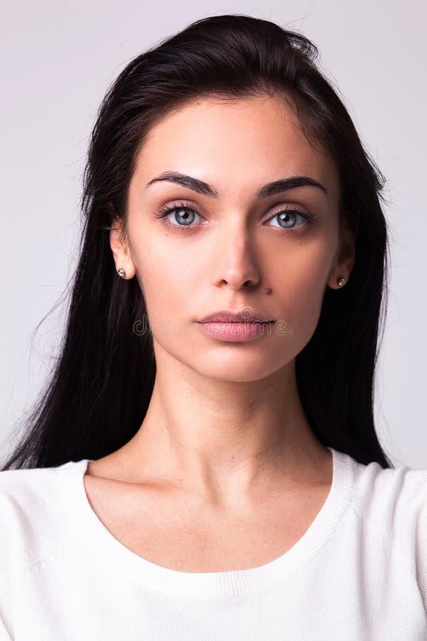 Belle verticale de femme de brunette photo stock