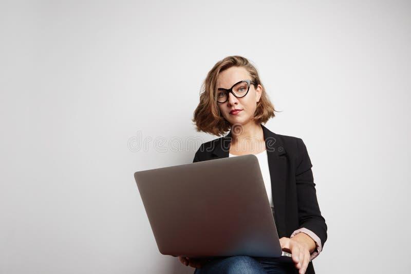 Belle verticale de femme d'affaires Avec le signe correct photos libres de droits