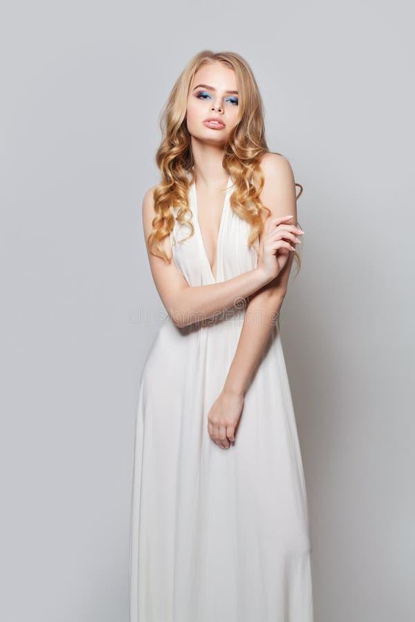 Belle verticale de femme Fille modèle blonde avec de longs cheveux bouclés et maquillage image stock