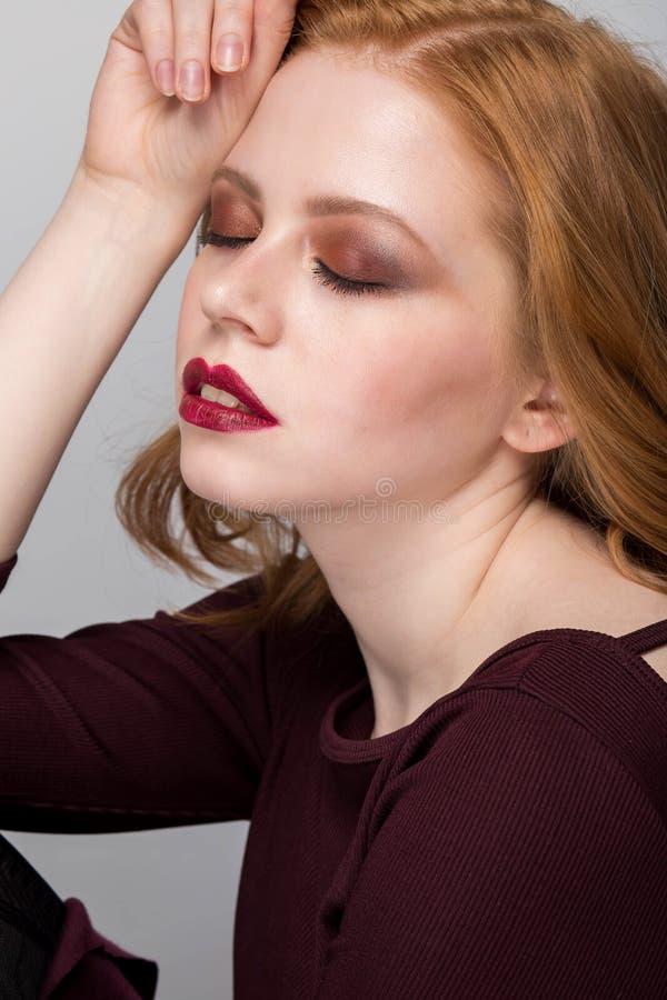 Belle verticale de femme Fille rousse photographie stock libre de droits