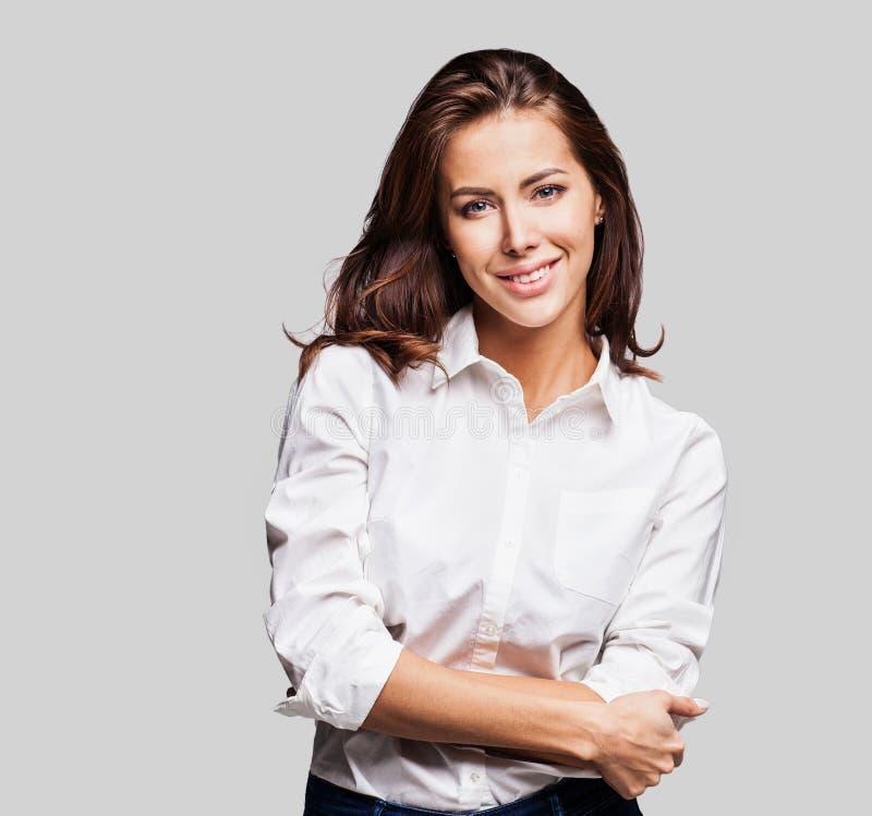 Belle verticale de jeune femme Tir de studio, d'isolement sur le fond gris photos libres de droits