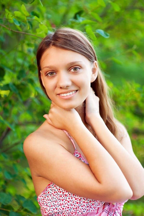 Belle verticale de plan rapproché de jeune femme photographie stock libre de droits