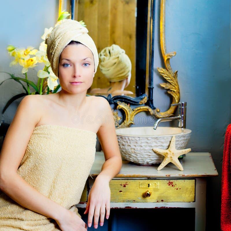 Belle verticale de salle de bains de femme avec l'essuie-main images stock