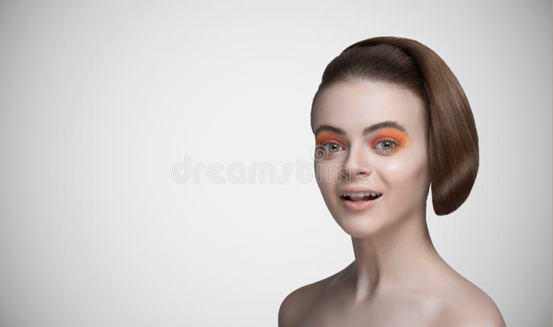 Belle verticale de sourire de femme photographie stock