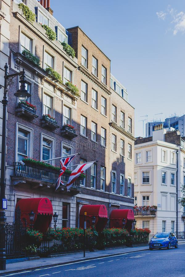 Belle vie con le costruzioni storiche in Mayfair, un afflu fotografie stock libere da diritti