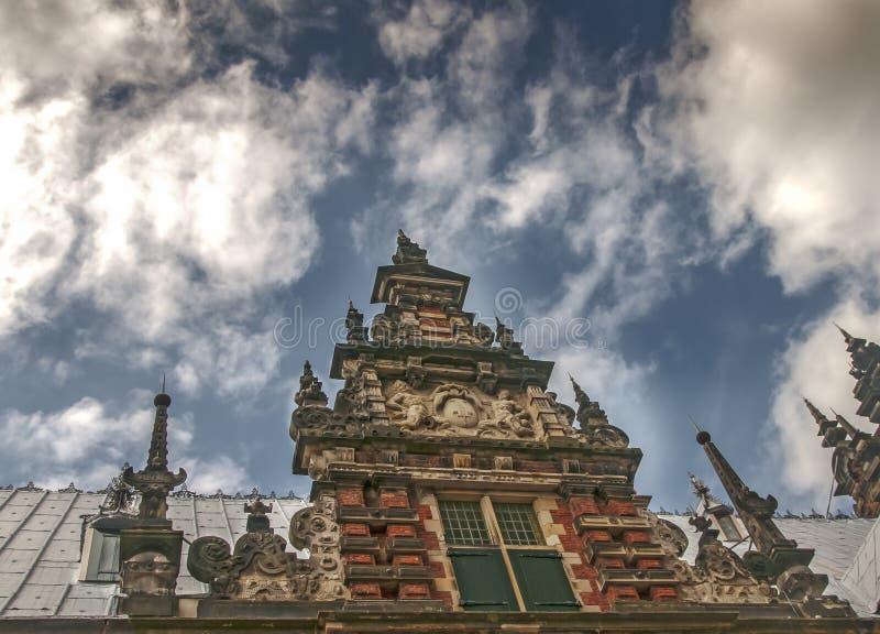 Belle vieille façade néerlandaise contre un ciel nuageux bleu image libre de droits