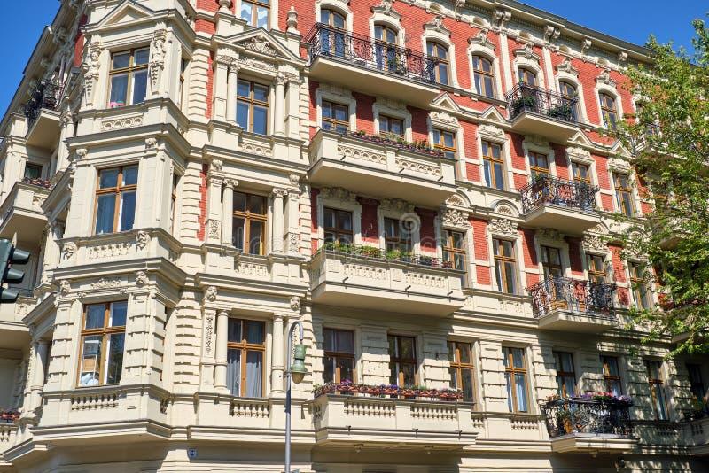 Belle vieille maison de rapport rénovée photographie stock libre de droits