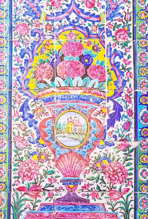 Belle vieille mosaïque de peinture décorée sur le mur de la mosquée rose, Iran photos libres de droits