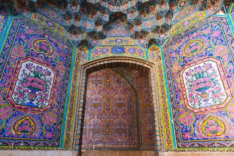Belle vieille mosaïque de peinture décorée sur le mur de la mosquée rose, Iran images stock
