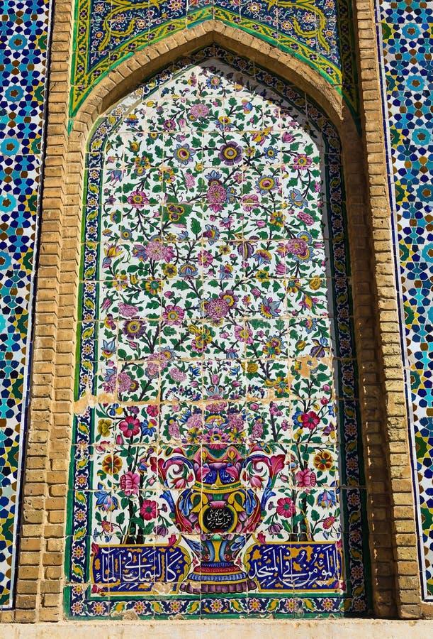 Belle vieille mosaïque de peinture décorée sur le mur de la mosquée de Vakil image stock