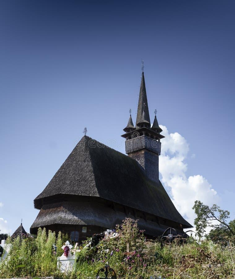 Belle vieille petite église en bois médiévale dans Budesti, Roumanie photos libres de droits