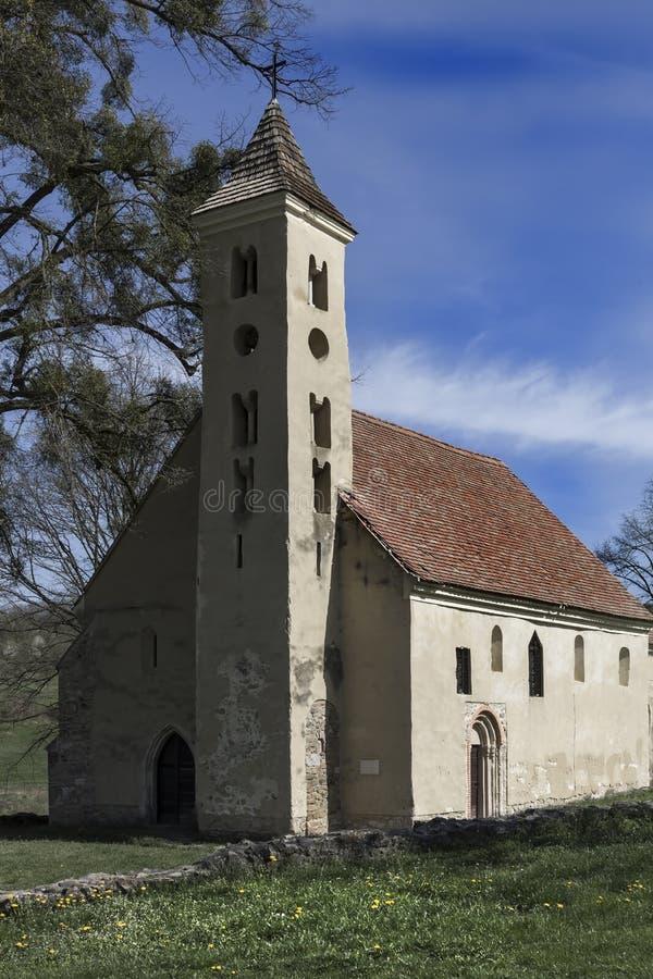 Belle vieille petite église médiévale dans Sarlos, Hongrie photographie stock