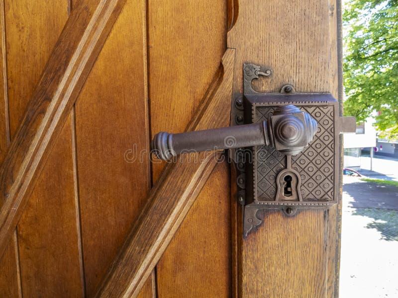 Belle vieille serrure de porte d'une porte autrichienne d'église, détail architectural photographie stock