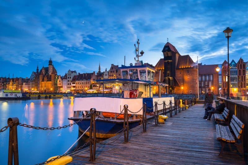 Belle vieille ville à Danzig au-dessus de rivière de Motlawa au crépuscule, Pologne image libre de droits