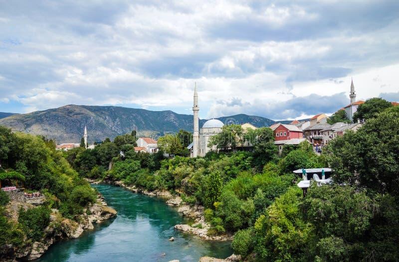 Belle vieille ville Mostar et rivière de Neretva photographie stock libre de droits