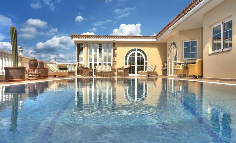 Belle villa avec la piscine photos libres de droits