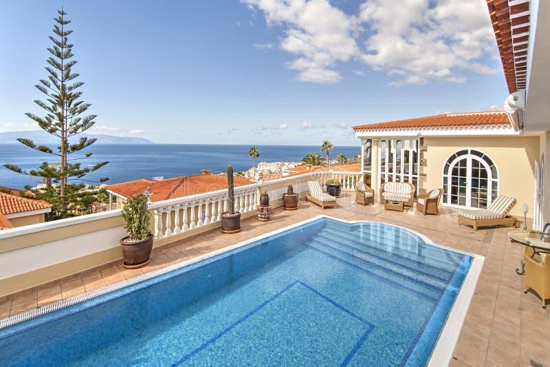 Belle villa avec la piscine images stock