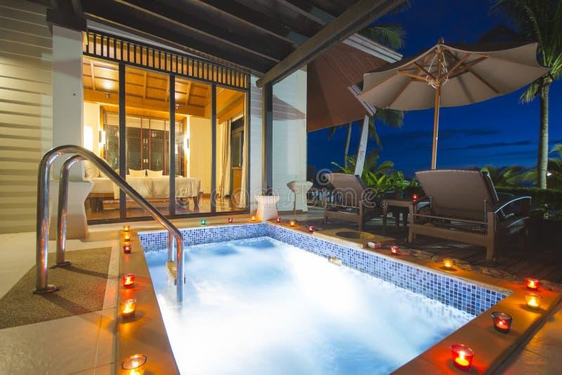 Belle villa avec la piscine de jacuzzi image stock