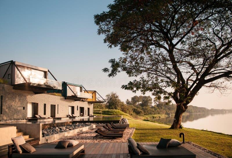 Belle villa moderne de vacances de grenier avec le balcon et piscine par le Th images stock