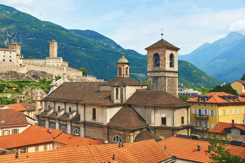 Belle ville antique de Bellinzona en Suisse avec le dei solides solubles de Collegiata Église et Castelgrande de Pietro e Stefano image libre de droits
