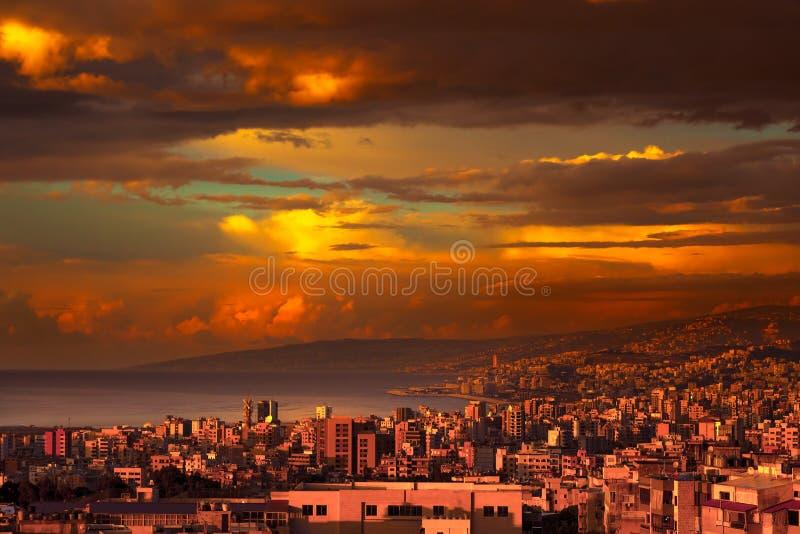 Belle ville côtière sur le coucher du soleil images stock