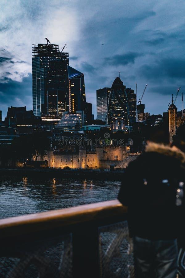 Belle ville dans la soirée images stock