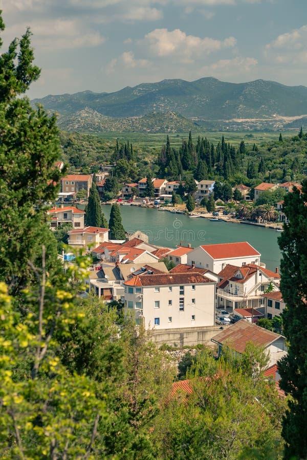 Belle ville inspirée et montagnes en Croatie images stock