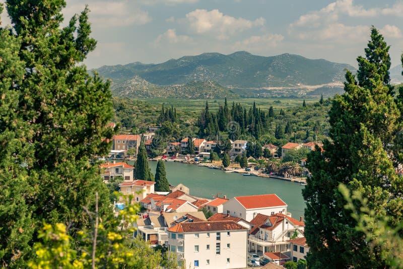 Belle ville inspirée et montagnes en Croatie photographie stock libre de droits