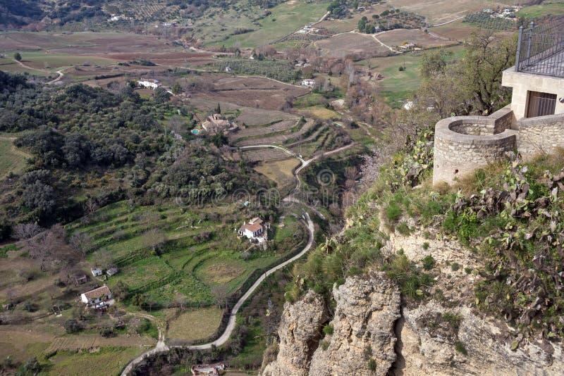 Belle ville sur une montagne dans la province espagnole de Malaga en Andalousie image libre de droits