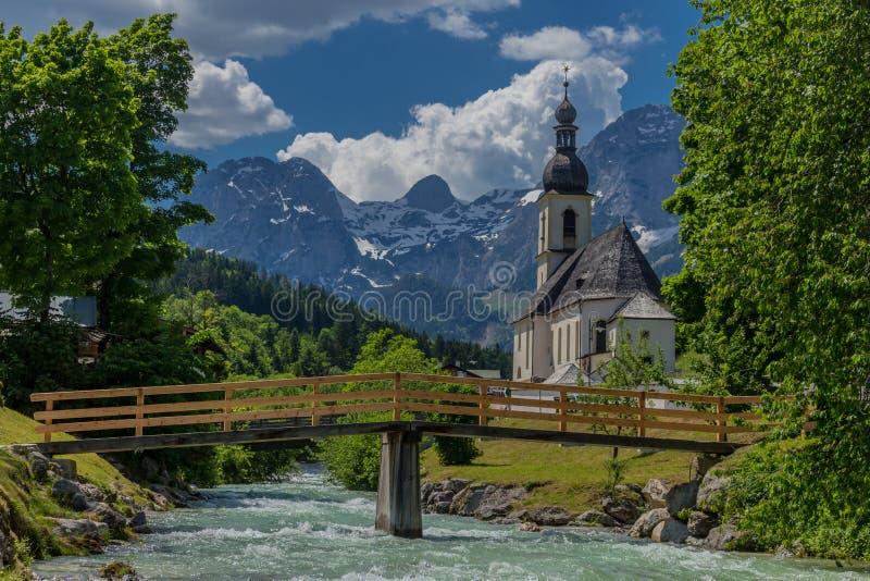 Belle visite d'exploration le long des collines alpines de Berchtesgaden - Ramsau images stock