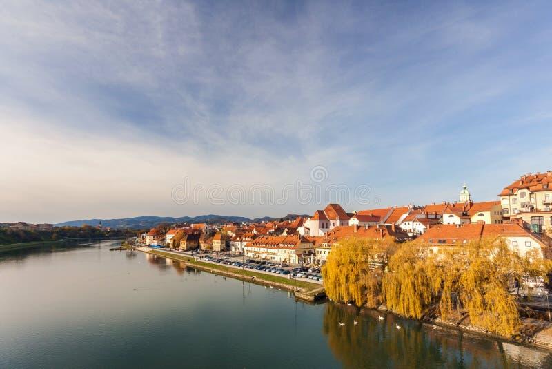 Belle viste delle banche del fiume il Drava e della città del Mari immagini stock