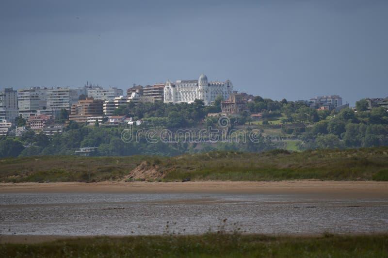 Belle viste delle costruzioni di Città Vecchia della città di Santander dalla spiaggia in Pedrena 24 agosto 2013 Somo, Cantabria fotografie stock
