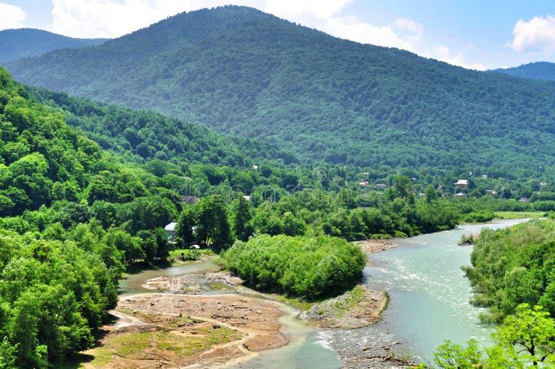 Download Belle Viste Delle Montagne Di Caucaso E Di Piccolo Villaggio Sulle Banche Del Fiume Immagine Stock - Immagine di paesaggi, verde: 56879223