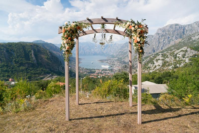Belle voûte l'épousant en bois décorée des fleurs image libre de droits