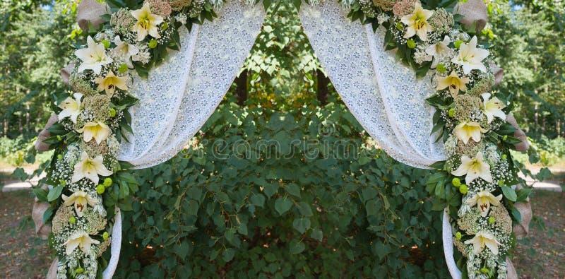 Belle voûte l'épousant décorée pour la cérémonie extérieure photographie stock libre de droits