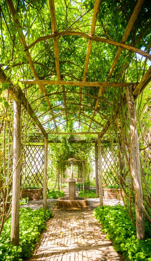 Belle voie dans un jardin en Italie photo stock