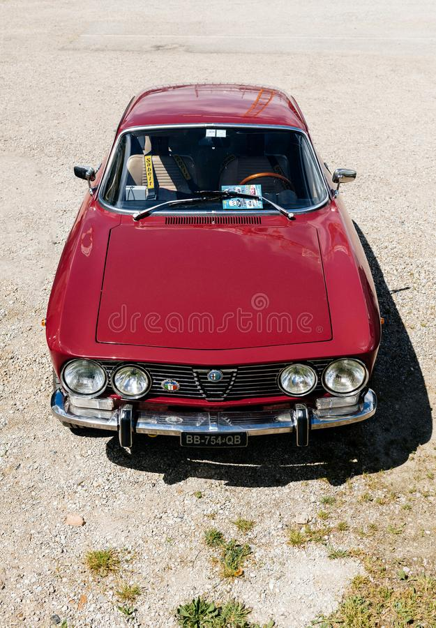 Belle voiture de luxe Alfa Romeo 2000 de vintage photo stock