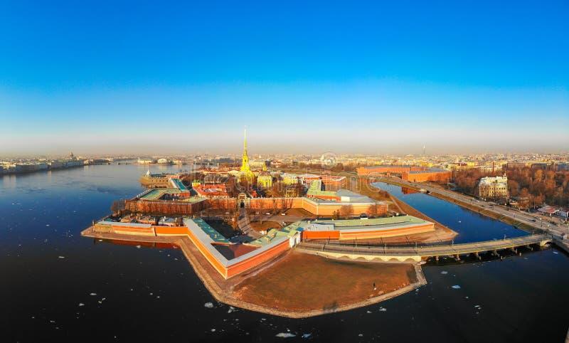 Belle vue aérienne de la forteresse de Petropavlovsky dans la journée de printemps ensoleillée Flèche grande d'or de Peter et de  photos libres de droits