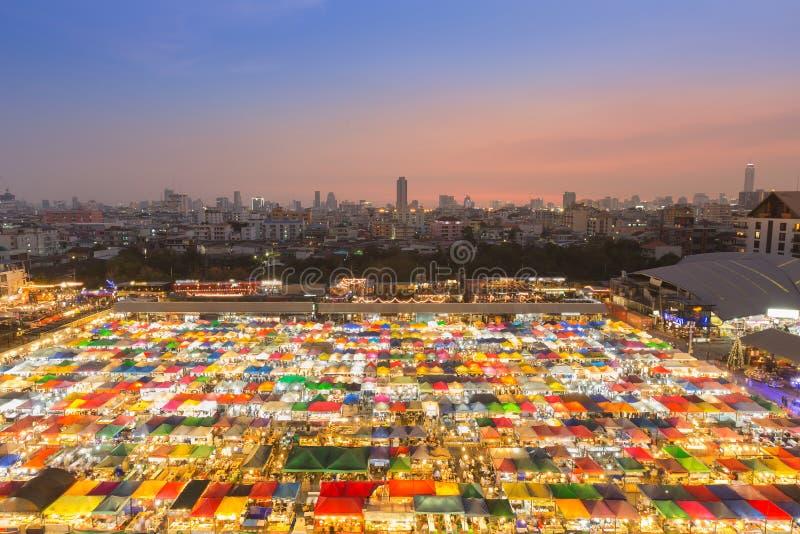 Belle vue aérienne du marché gratuit de nuit colorée avec la ville du centre photo stock