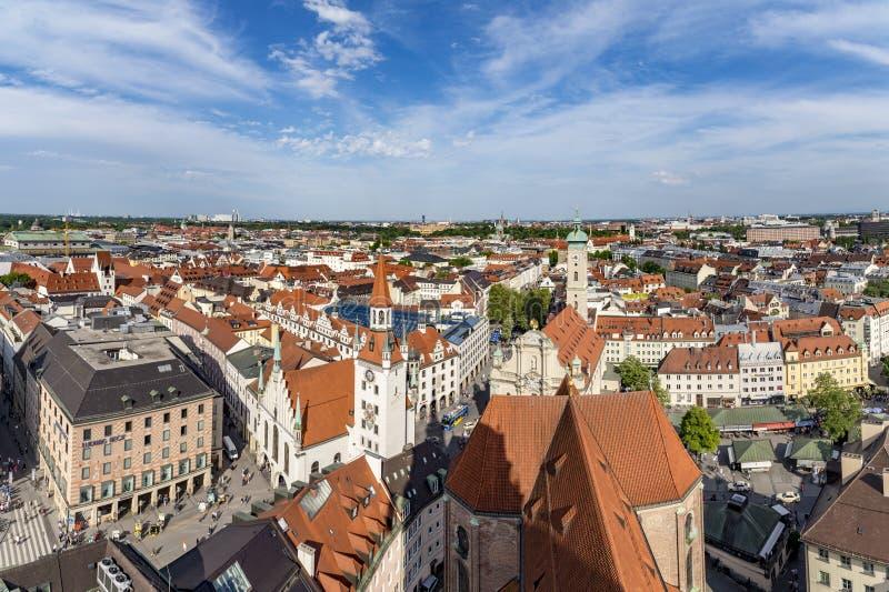 Belle vue aérienne ensoleillée grande-angulaire superbe de Munich, Bavière image libre de droits