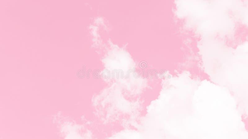 Belle vue abstraite des nuages pelucheux blancs sur un fond rose en pastel mou de ciel Ciel abstrait dans la couleur douce Résumé images stock