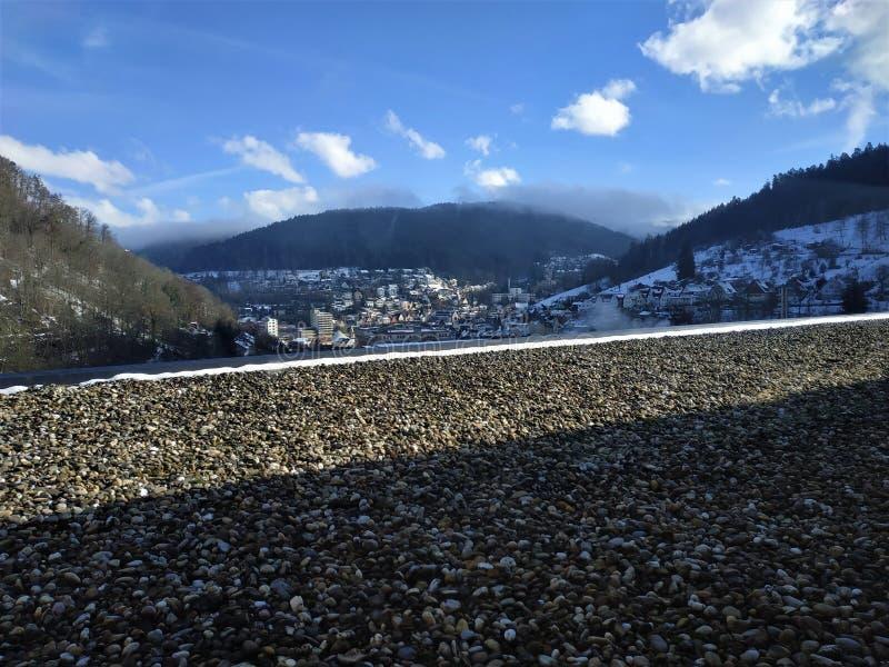 Belle vue au-dessus de la ville de Schramberg dans la forêt noire image stock