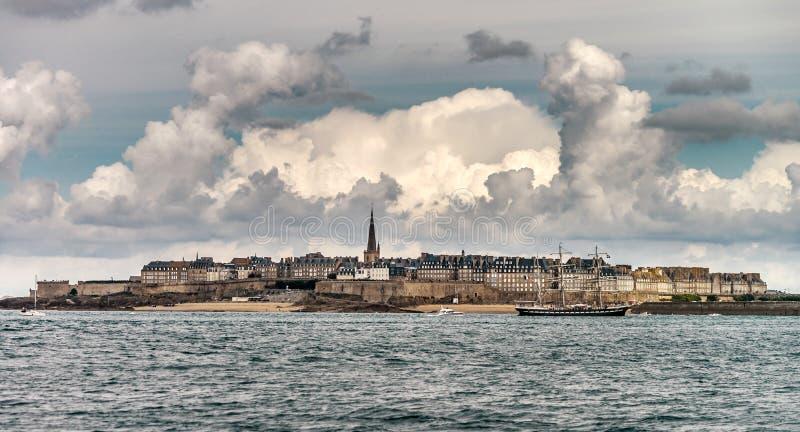 Belle vue automnale de St-Malo, vieille ville de pirate photo libre de droits