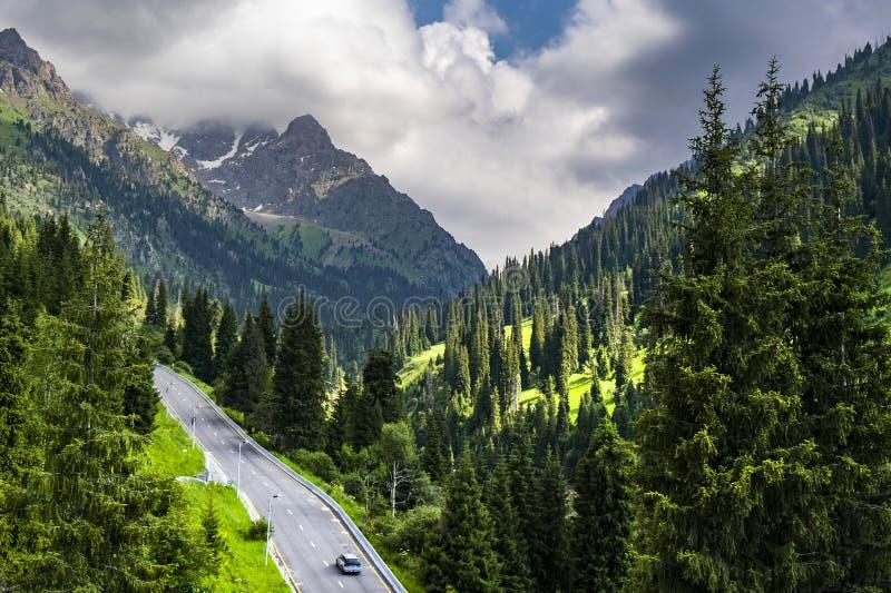 Belle vue aux montagnes sur le chemin à Shymbulak, Almaty, Kazakhstan photographie stock libre de droits