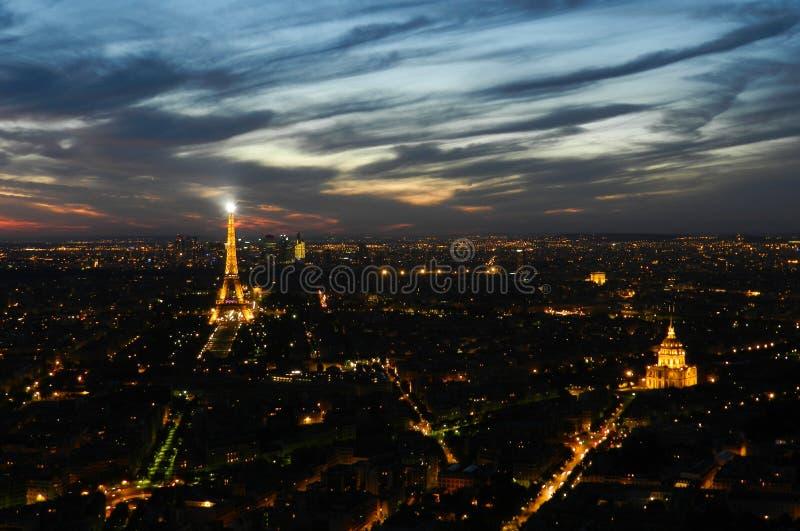 Belle vue avec le coucher du soleil au-dessus de Paris image stock