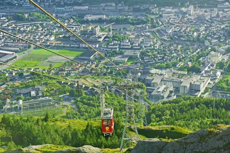 Belle vue avec le funiculaire d'Ulriken vu du bâti Ulriken à Bergen, Norvège image libre de droits