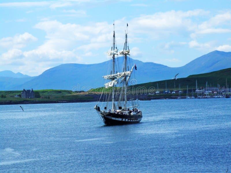 Belle vue avec un bateau dans Oban photos stock