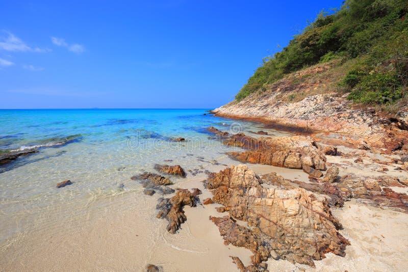 Belle vue bleue profonde de mer et de ciel de la plage sablonneuse blanche de Sai Kaew de chapeau, Sattahip, Thaïlande images libres de droits
